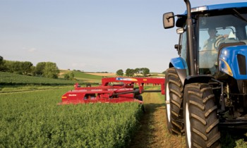 New Holland Discbine® H7000 Side-Pull Disc Mower-Conditioner