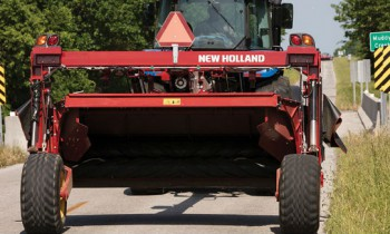 New Holland Discbine® 310/312 Center-Pivot Disc Mower